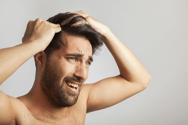 ¿Usas prótesis capilar o peluca pegada y sufres picor, escoceduras o irritación extrema en verano? Razones y soluciones aquí: