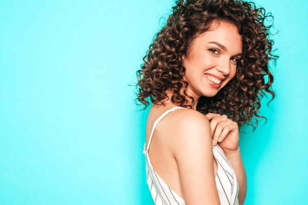 Prótesis capilares o pelucas de pelo natural y el cabello rizado, ¿rizos naturales o moldeado permanente?